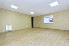 有绿色墙纸的内部空的办公室光室无供给在一个新的大厦 库存图片
