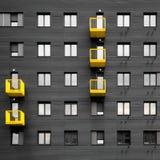 有黄色大阳台的-大厦门面黑墙壁 免版税图库摄影