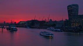 有紫色天空的在日落以后,通过在泰晤士的小船伦敦市 股票视频