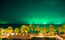 有绿色天空的夜海 库存照片