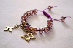 有紫色小珠的镯子 库存照片