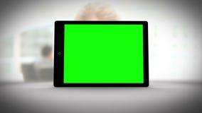 有绿色屏幕的片剂在商人前面 股票视频
