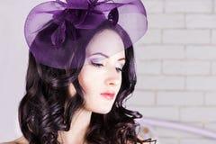 有紫色帽子的女孩 免版税库存图片