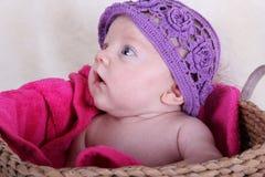 有紫色帽子的女婴 免版税库存照片