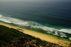 有绿色底部的海洋在离海岸的附近 免版税库存图片
