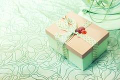 有绿色弓的礼物盒在抽象背景 免版税库存照片