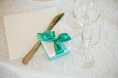 有绿色弓的箱子在桌上 免版税库存照片