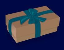 有紫色弓的美丽的米黄礼物盒在蓝色背景 免版税库存照片