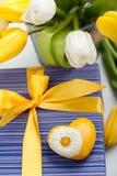 有黄色心脏的紫色礼物盒 免版税图库摄影
