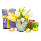 有黄色心脏的紫色礼物盒 免版税库存照片