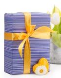 有黄色心脏的紫色礼物盒 图库摄影