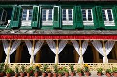 有绿色快门和花盆的国王宫殿 Durbar广场, 库存图片