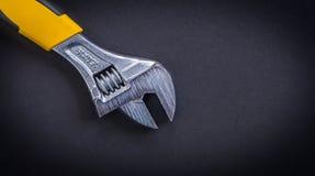 有黄色把柄的可调扳手 免版税库存照片