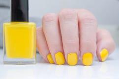 有黄色指甲油的妇女 免版税库存照片