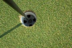 有黄色杆的高尔夫球杯子 免版税图库摄影