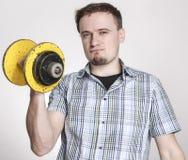 有黄色杠铃的年轻人 图库摄影
