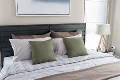 有绿色枕头的卧室 库存照片