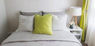 有绿色枕头的现代卧室 库存照片