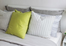 有绿色枕头的现代卧室 图库摄影