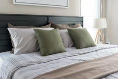 有绿色枕头的现代卧室 免版税库存照片