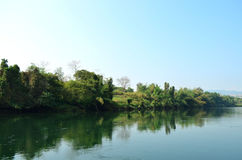 有绿色树的湖 免版税库存图片