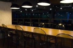 有黄色桌和清楚的塑料椅子的空的自助食堂 库存图片