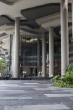 有绿色植物大阳台的现代摩天大楼墙壁在新加坡市 库存照片