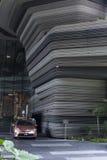 有绿色植物大阳台的现代摩天大楼墙壁在新加坡市 库存图片