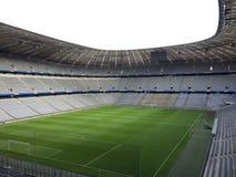 有绿色橄榄球场的体育场 免版税库存图片