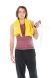 有黄色毛巾和跨越横线的健身人 免版税图库摄影