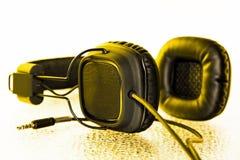 有黄色气氛的黑耳机 免版税库存照片