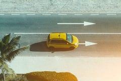 有黄色汽车出租汽车的车行道 免版税库存照片