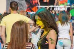 有黄色油漆的女孩在他的面孔 颜色Holi节日在切博克萨雷,楚瓦什人共和国,俄罗斯 05/28/2016 库存照片