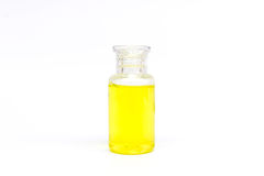 有黄色液体的包装的塑料清楚的瓶在被隔绝的白色背景 免版税图库摄影