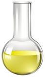 有黄色液体的玻璃烧杯 免版税图库摄影