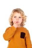 有黄色球衣的害羞的小孩子 免版税库存照片