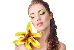 有黄色百合的美丽的妇女 库存图片