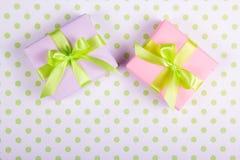 有绿色的两个礼物盒在圆点背景鞠躬 免版税库存图片