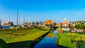 有绿色的传统房子在Marken小历史的渔村上了墙壁和红瓦顶 图库摄影