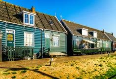 有绿色的传统房子在Marken小历史的渔村上了墙壁和红瓦顶 免版税库存图片
