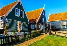 有绿色的传统房子在Marken小历史的渔村上了墙壁和红瓦顶 库存图片