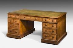 有绿色皮革上面的老古色古香的先生们的书桌 免版税图库摄影