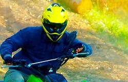 有黄色盔甲的竟赛者在绿色方形字体享用他的乘坐户外 图表版本 库存照片