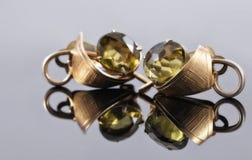 有绿色石头的古金色耳环 图库摄影