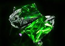 有绿色石头的珠宝耳环 库存照片