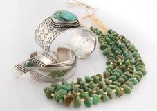 有绿色矿块绿松石项链的银色镯子。 免版税库存图片