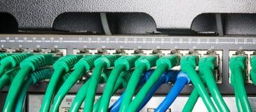 有绿色缆绳的服务器机架 库存图片