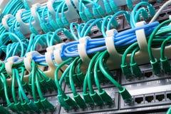 有绿色缆绳的服务器机架 库存照片