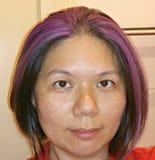 有紫色聚焦的亚裔夫人 免版税库存图片
