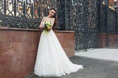 有黄色花束的新娘 免版税图库摄影
